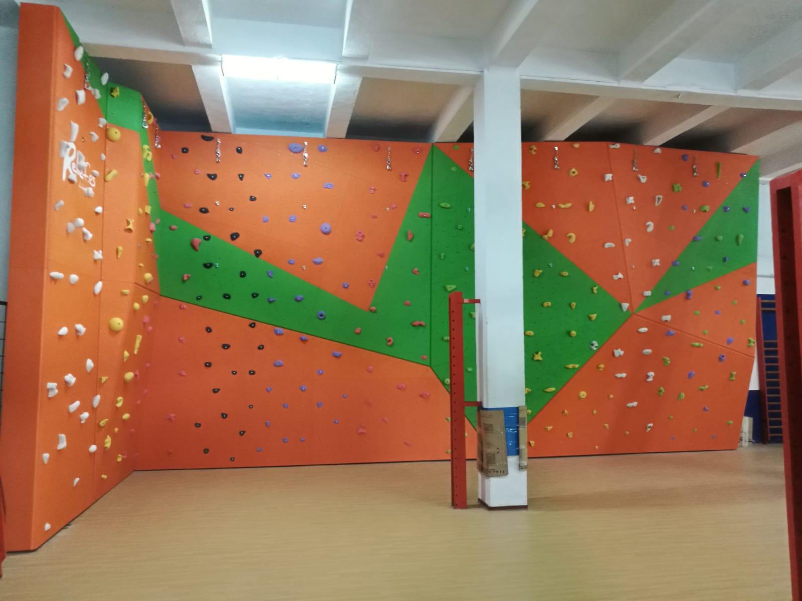Gran instalación para la práctica de la escalada en colegio