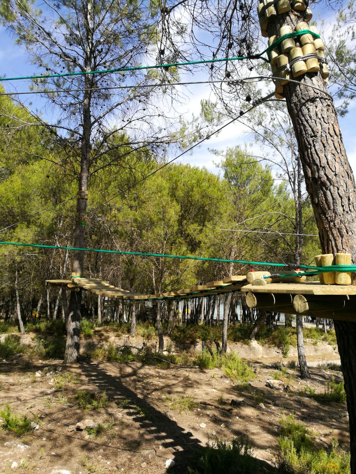Parque de aventuras entre árboles